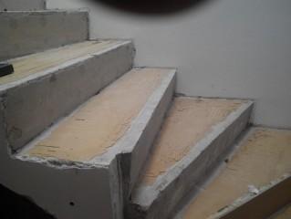 Demontáž laminátu na schodech